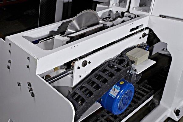 Смена инструмента в пильном центре WDX-838